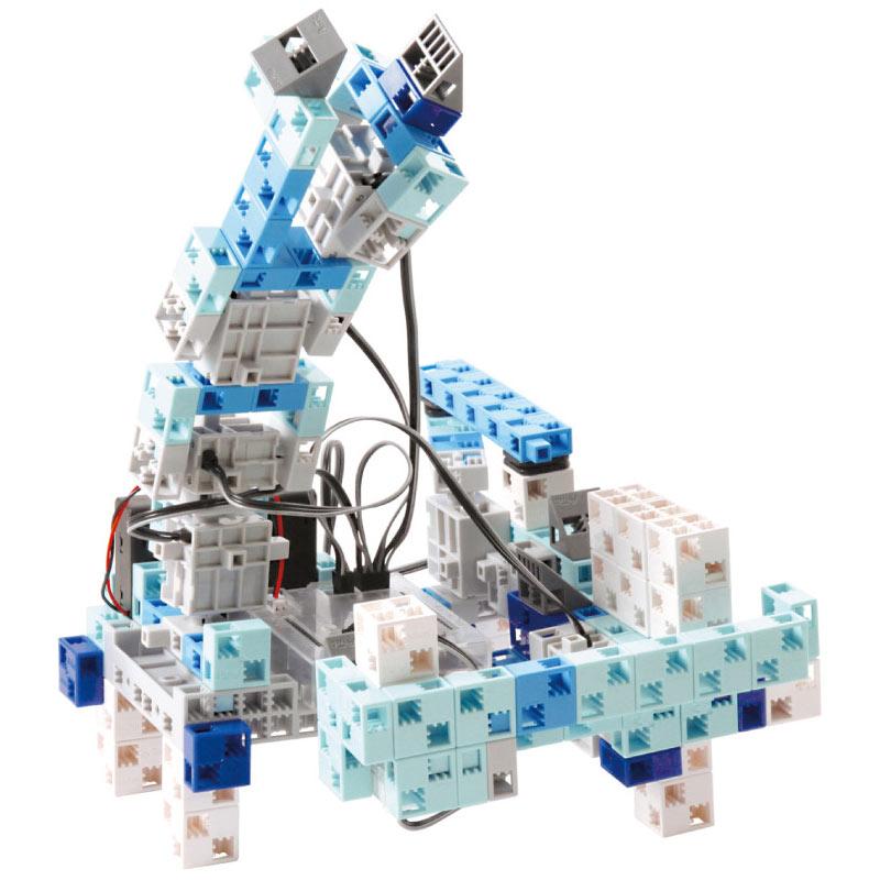 un robot avec bras mécanique